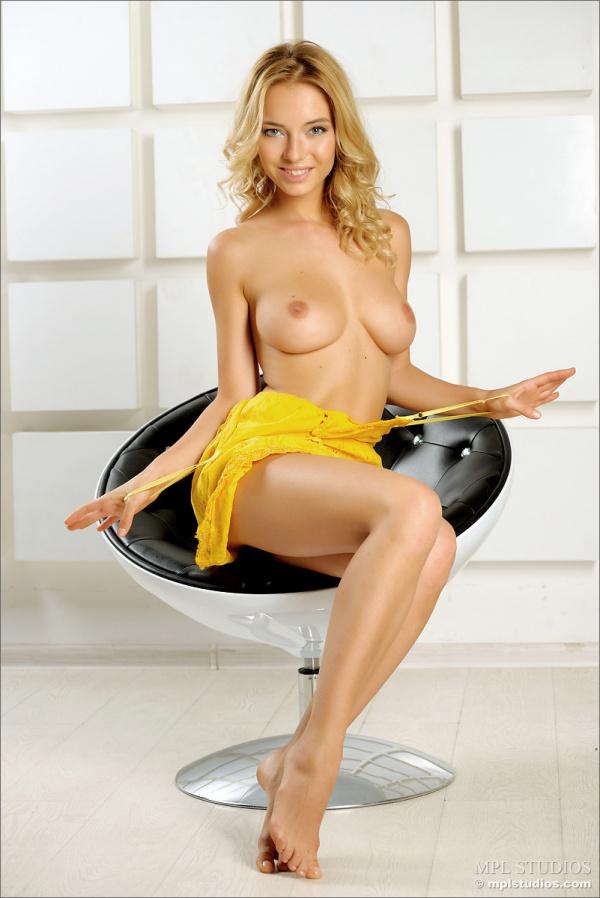 Danica  gostosa mostrando o corpo lindo e a carinha de safada muito sexy.