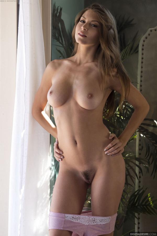 Gatinha muito gostosa com um belo corpo sexy e sensual.