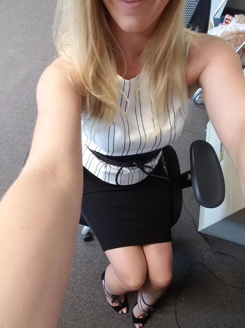 Amadora #1129 loira gostosa muito safada mostrando a buceta no trabalho