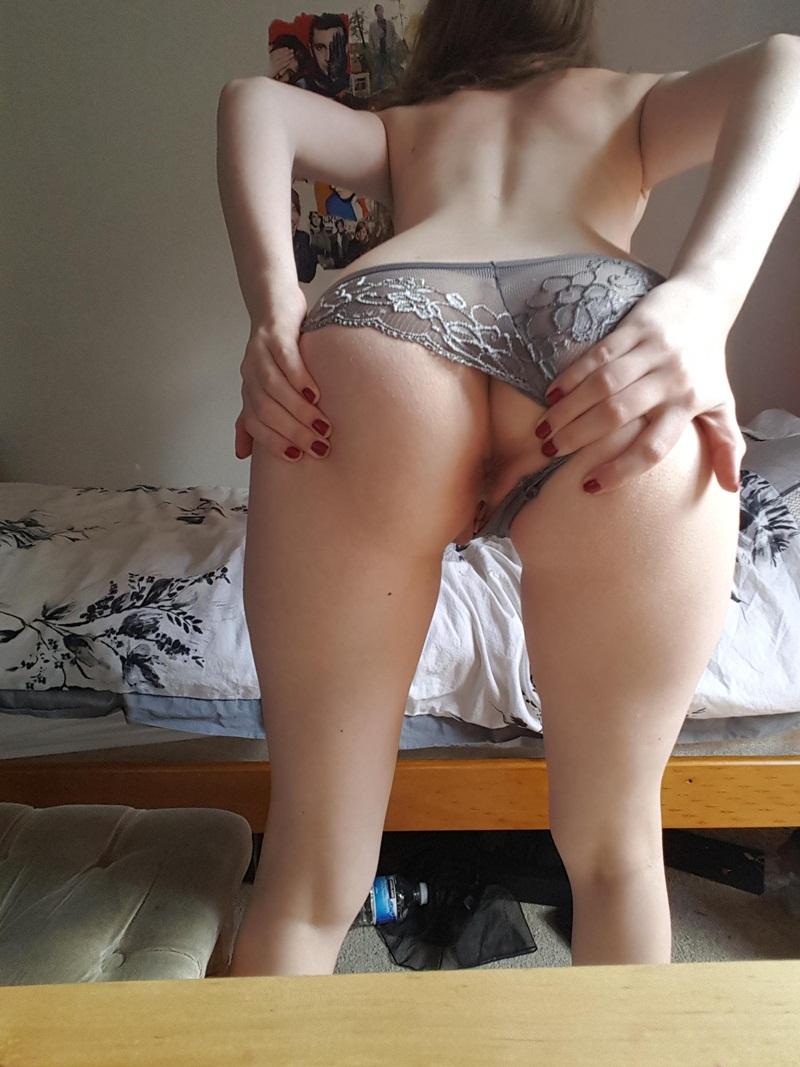 Gostosa peladinha em várias fotos bem sensual