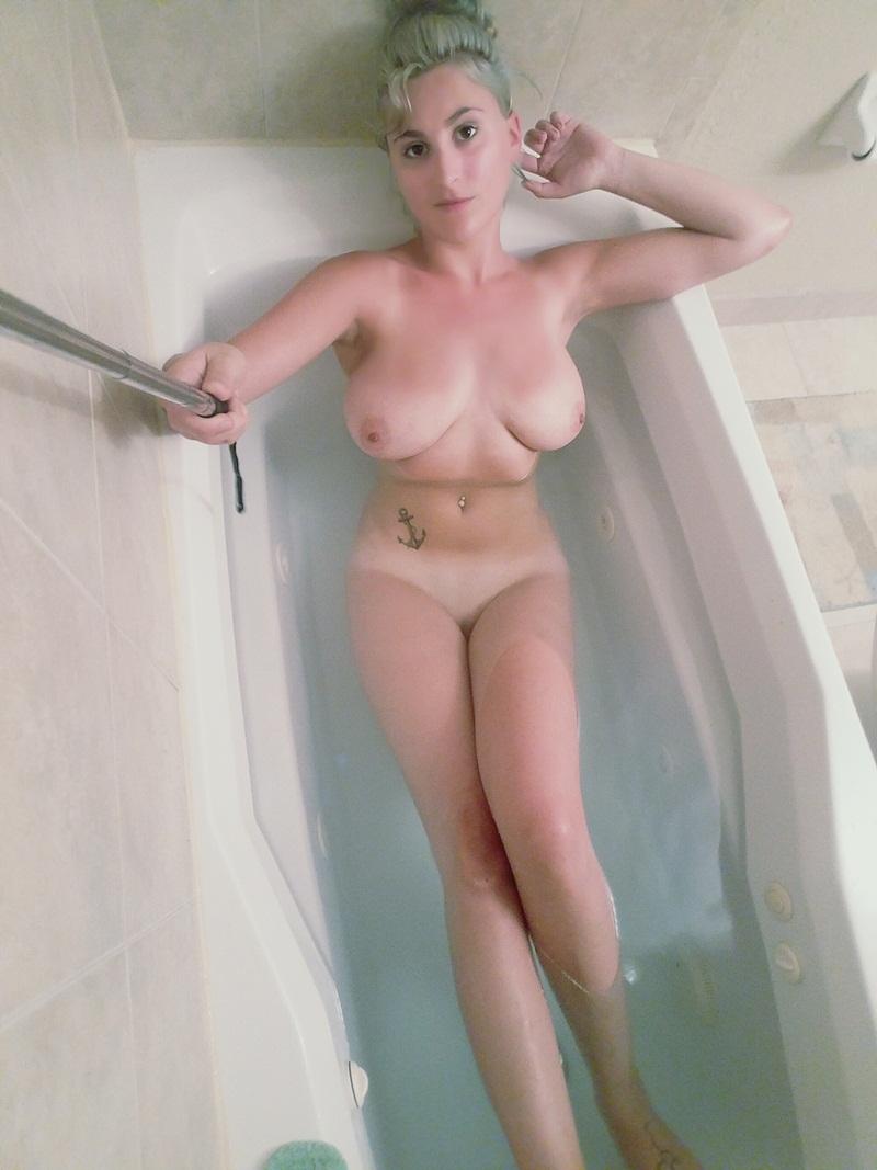 Loira gostosa bem sensual safadinha tomando banho delicia