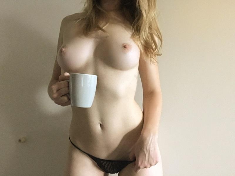 Amadora #1396 loirinha sensual e gostosa muito safadinha mostrando os peit