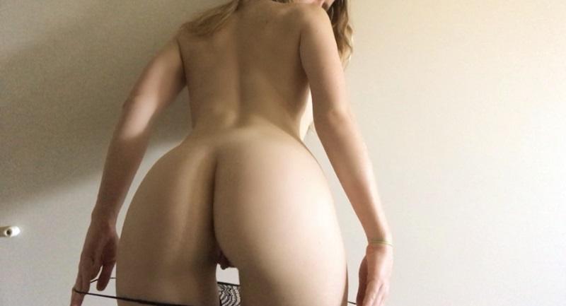 Loirinha sensual e gostosa muito safadinha mostrando os peit