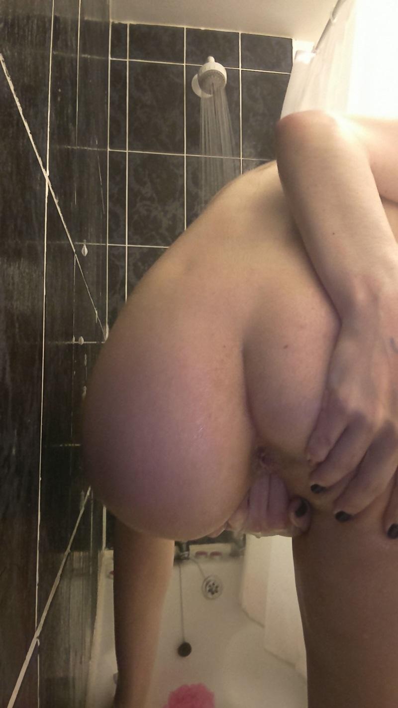 Morena sensual e gostosa tirando foto peladinha delicia