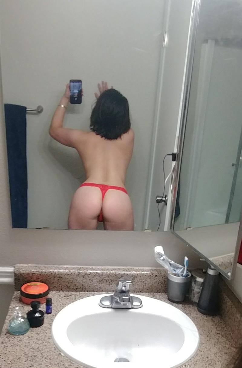 Morena safada cheia de tesão de calcinha vermelha bem puta
