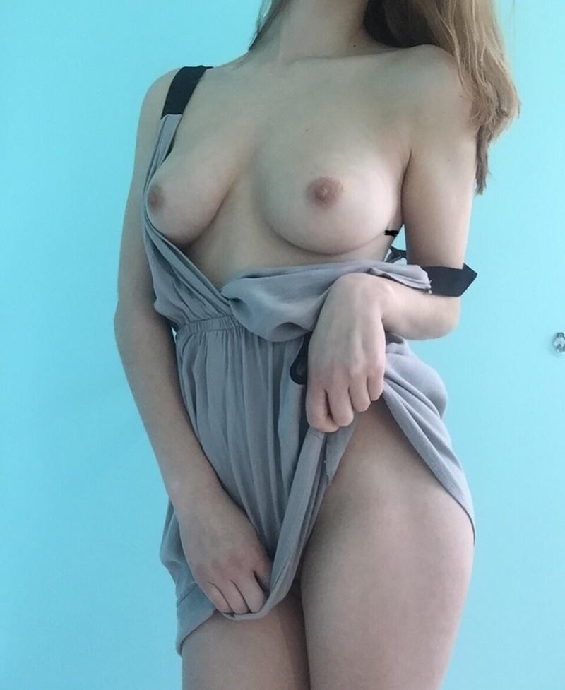 Gostosa de peitinhos lindos mostrando a sua buceta peluda