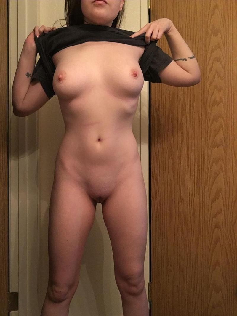 Peituda safada e gostosa pelada com tesão se masturbando
