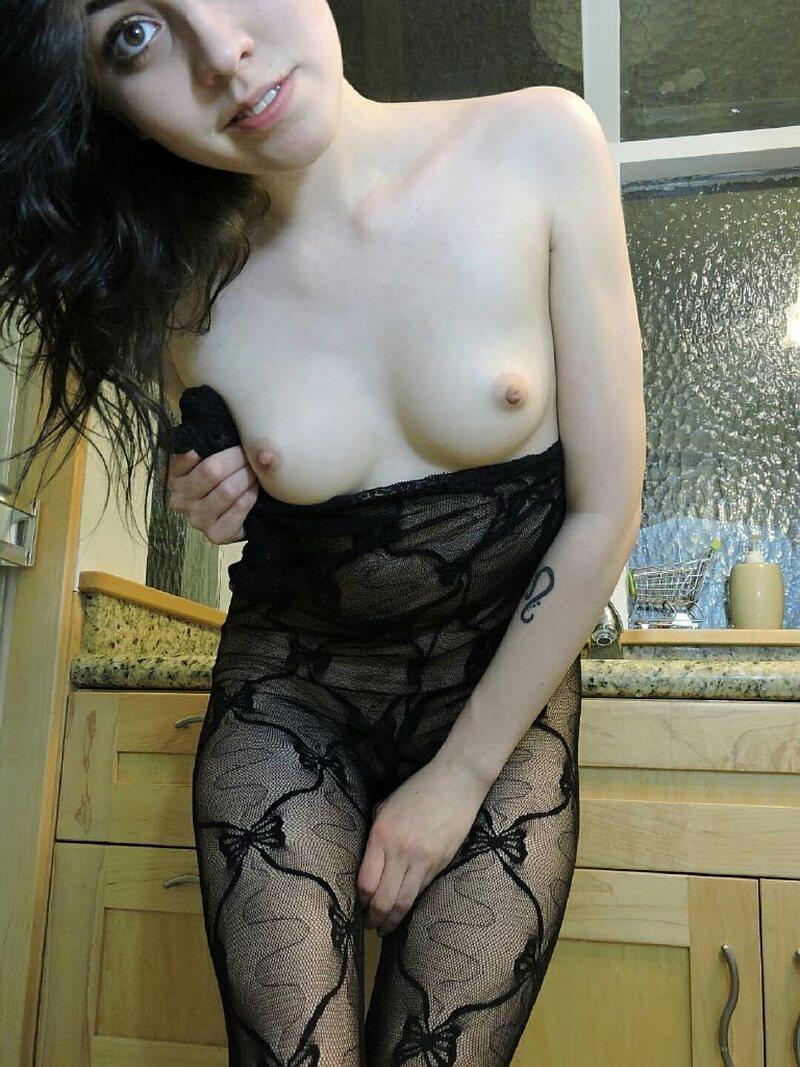 Ninfeta safada muito gostosa se masturbando com tesão delici
