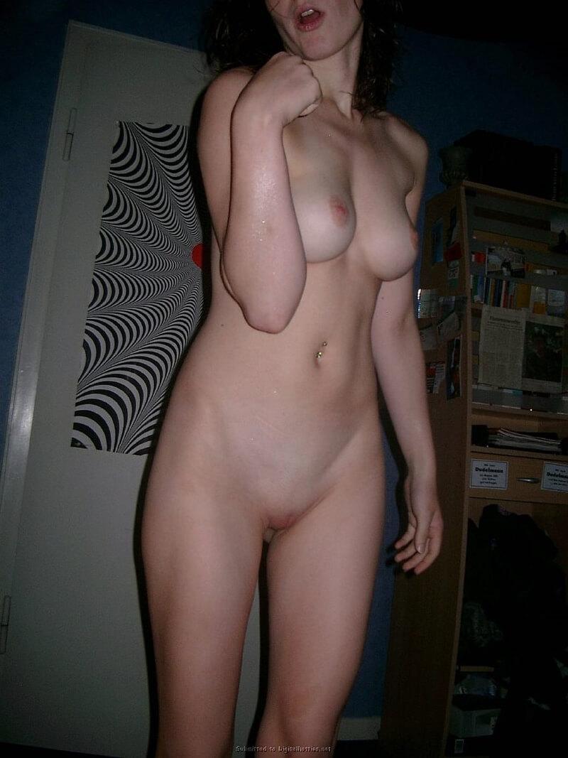 Safada tirando fotos peladas mostrando a buceta rosadinha de