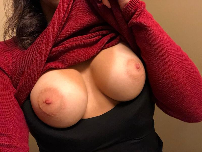 Morena safada e muito gostosa com tesão mostrando a buceta d