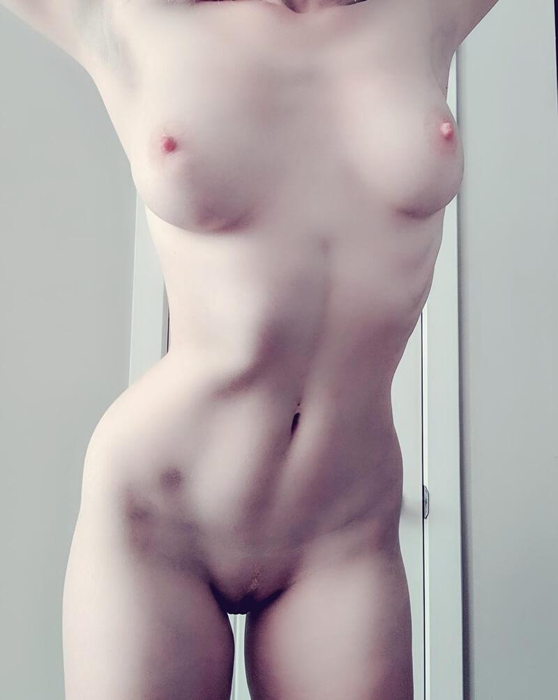 Branquelinha safada e gostosa mostrando os peitinhos pequeno