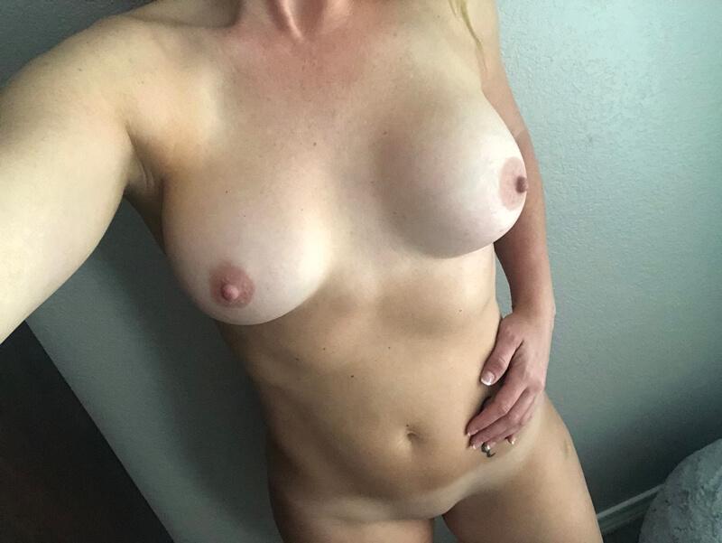 Loira sexy e gostosa na banheira do motel toda delicia