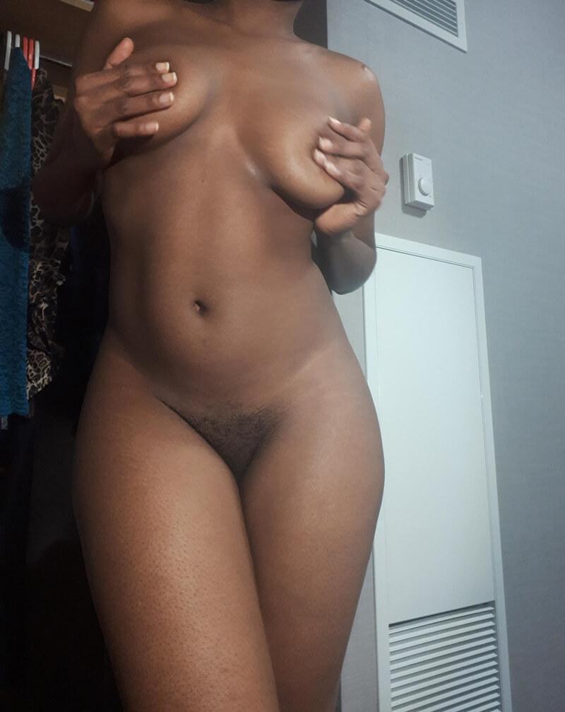 Negra rabuda muito gostosa e safada com tesão pelada
