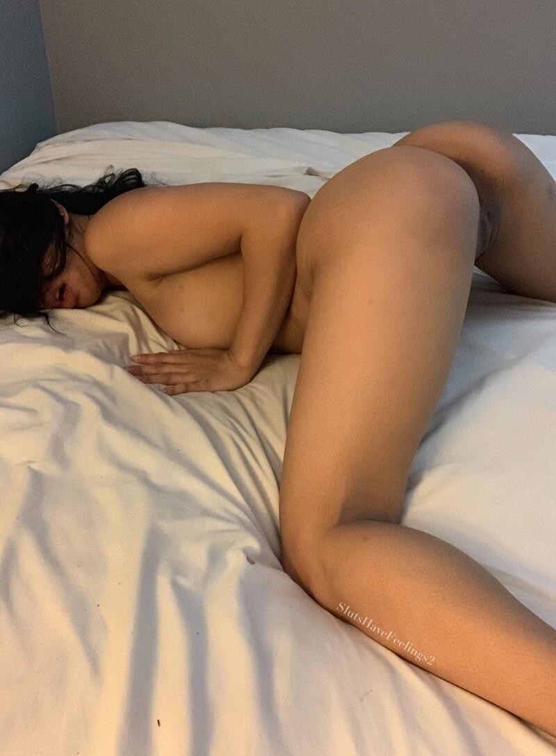 Magrinha sensual e safada mostrando a buceta molhadinha