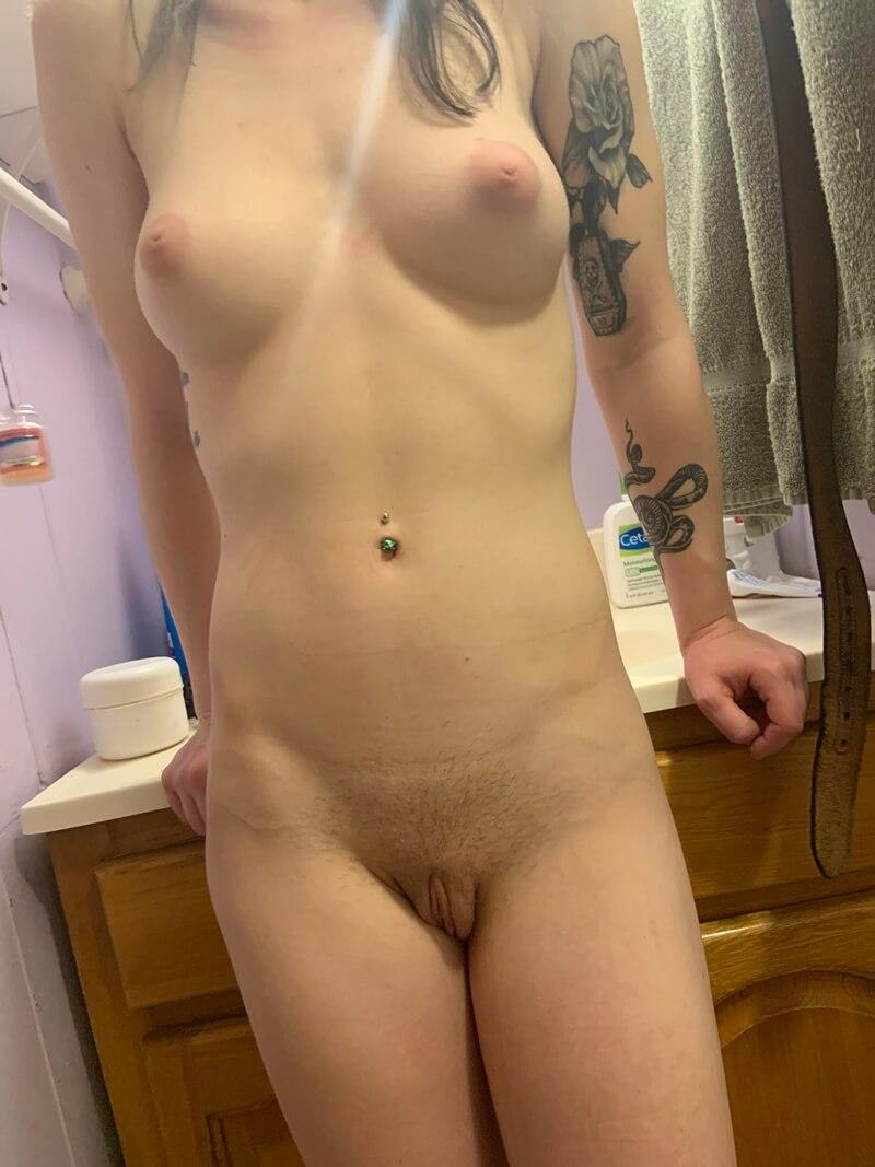 Branquinha safada com tesão se masturbando delicia
