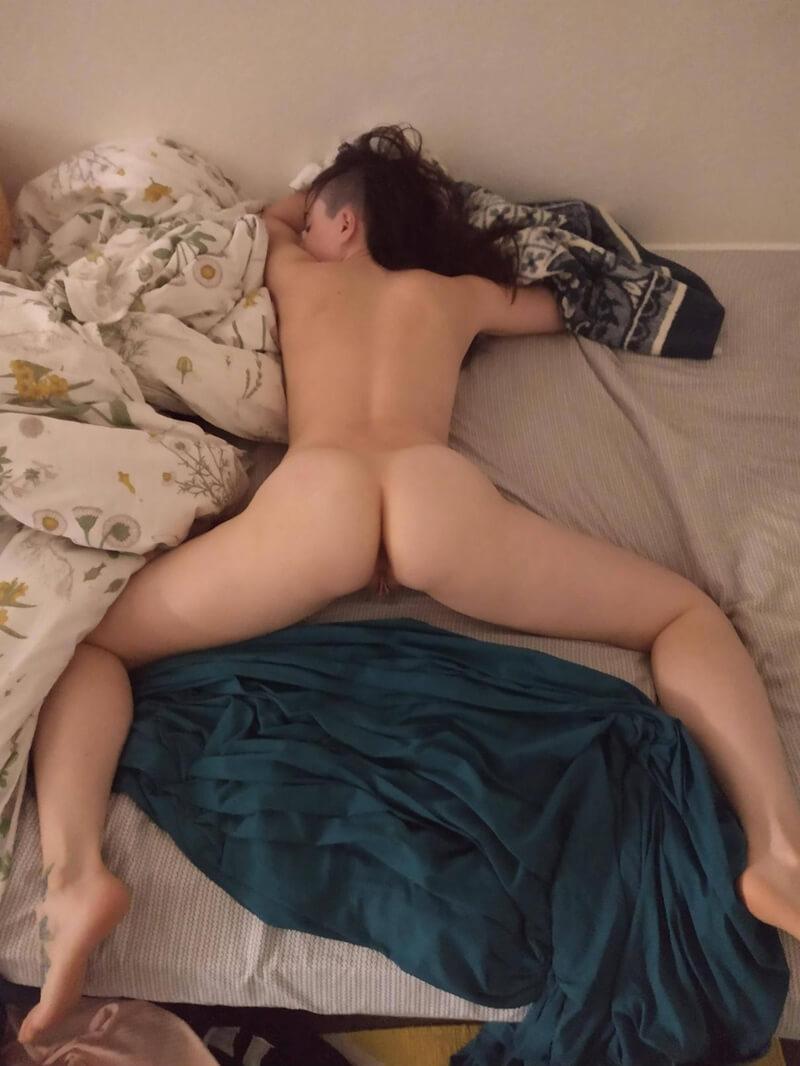 Magrinha sensual e safada com plug anal cheia de tesão