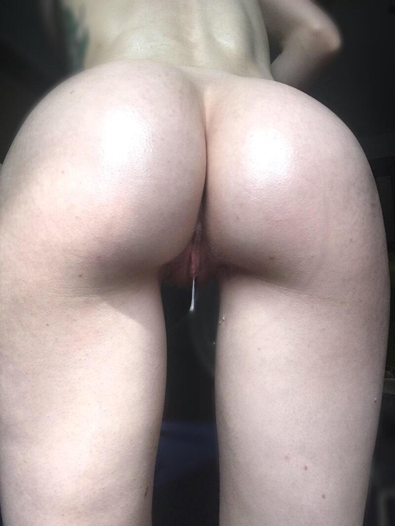 Ruivinha gostosa e safada se masturbando no banho com um con