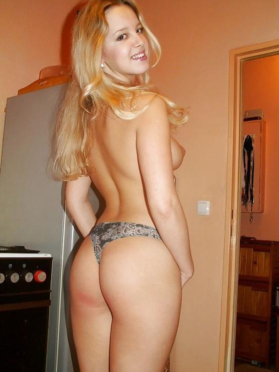 Amadora loira com calcinha cinza e um baita bundão tirando fotos nua na casa