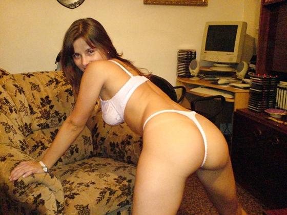 Amadora morena tirando fotos nua na frente do computador pc