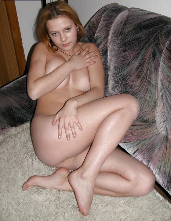 Amadroa loira nua na frente do sofá