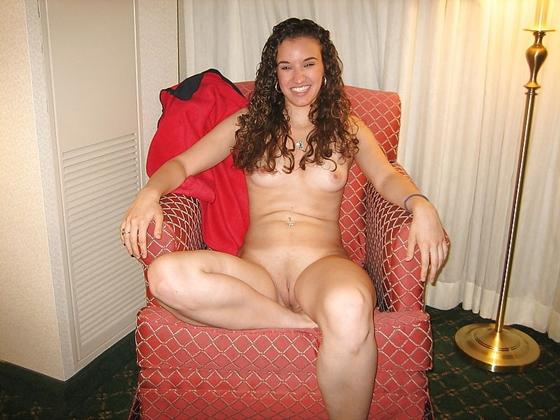 Amadora #449 moreninha bucetuda pelada na cama