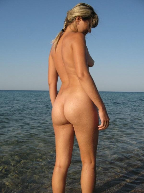 Russa loirinha bucetuda peladinha na praia bucetão gostoso
