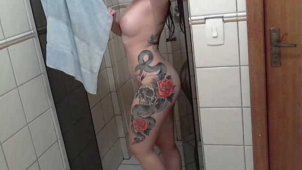 Gostosa tatuada mostrando seu belo corpo lindo em um ensaio perfeito.