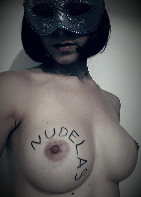 Nudelicia #76 leitora linda com um belo par de seios e um corpo muito sexy.