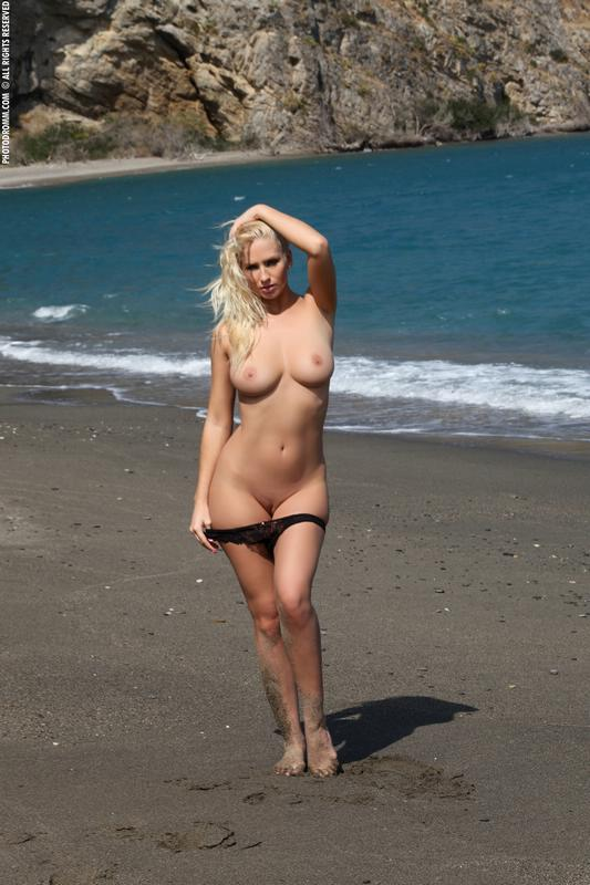 Peituda safada e rabuda pelada na praia