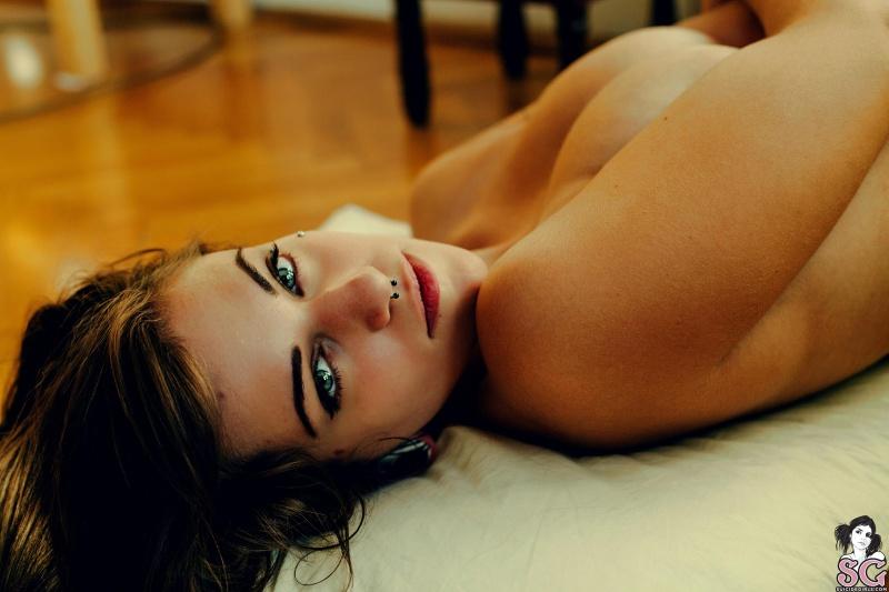 Morena gostosa e muito linda peladinha e cheia de tatuagem