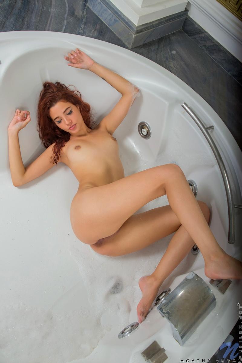 Ruiva gostosa tomando banho bem safadinha com tesão