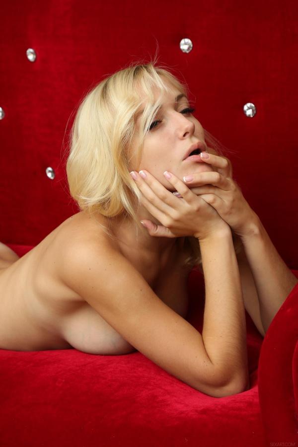Loirinha linda de mais pelada em sofá gostosa