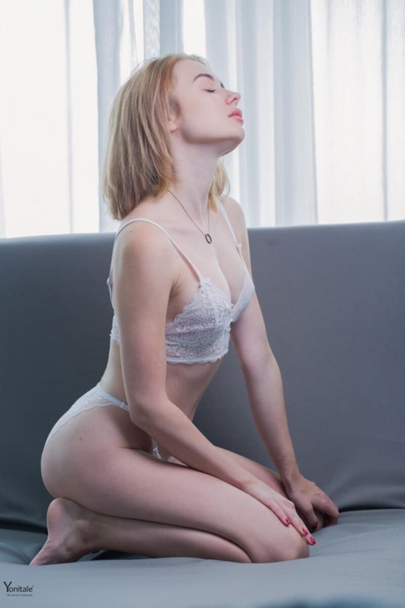 Akari loirinha tatuada com um corpo sensacional e um lindo rosto.