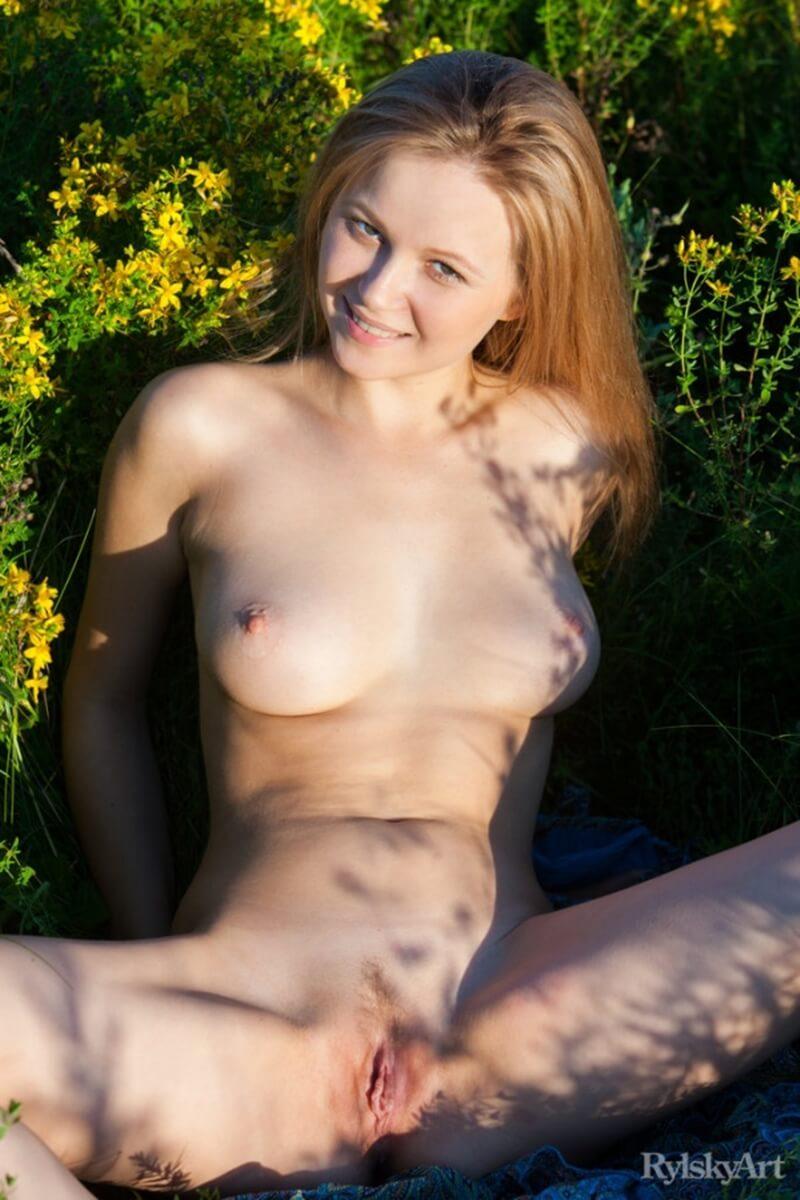 Uma mulher com seios perfeitos e uma bela bundinha linda.