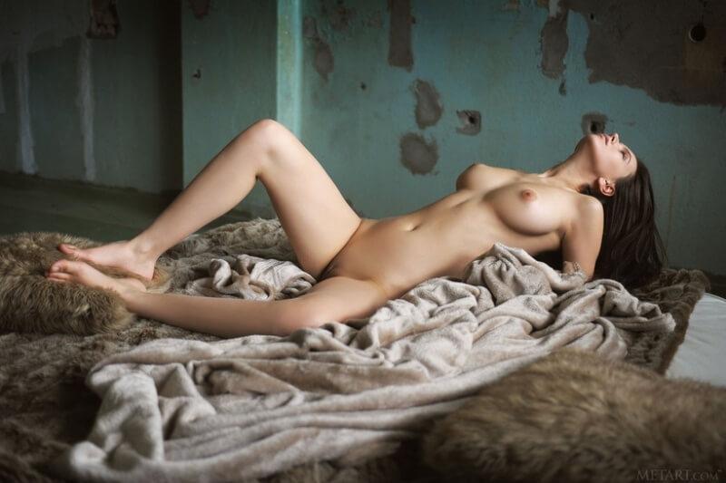 Gatinha muito gostosa com seios maravilhosos e uma bela bundinha.