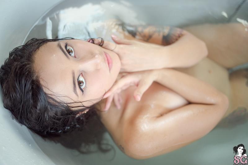 Morena rabuda tatuada gostosa peladinha tomando banho
