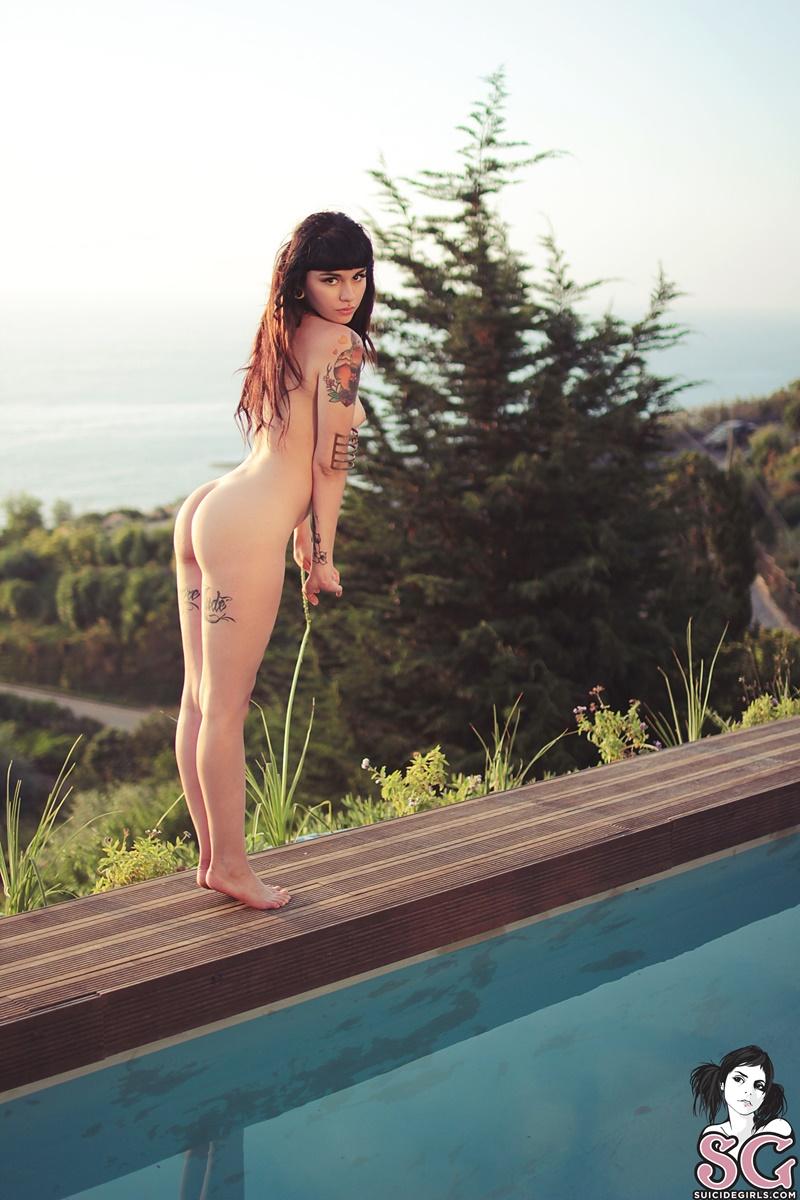 Gostosa sensual e safadinha pelada na piscina com tesão