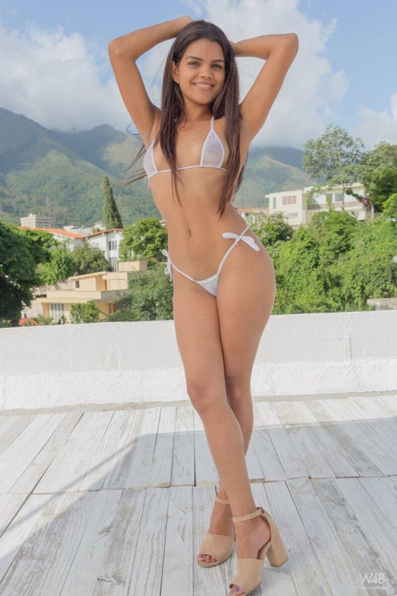 Amber Serrano morena muito gostosa com uma bela bunda redondinha.