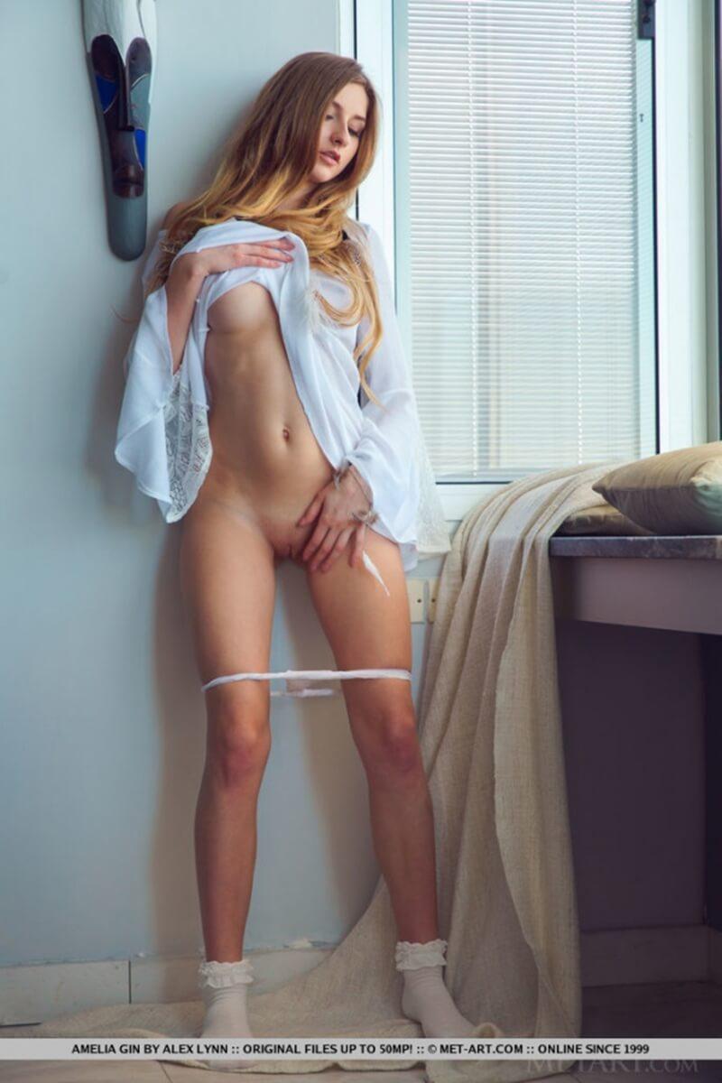 Amelia gatinha muito gostosa com um belo corpo lindo.