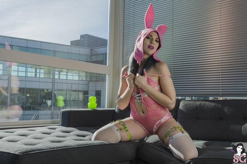 Coelhinha sexy e safada mostrando os peitinhos delicia