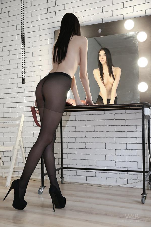 Amy  morena gostosa demais com um belo corpo e uma buceta linda.