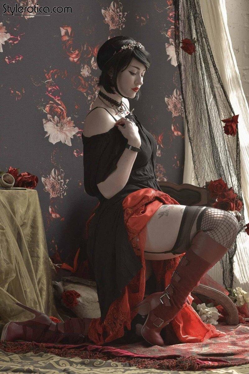 Anastasia August peituda tatuada com tesão tirando a roupa delicia safadinha