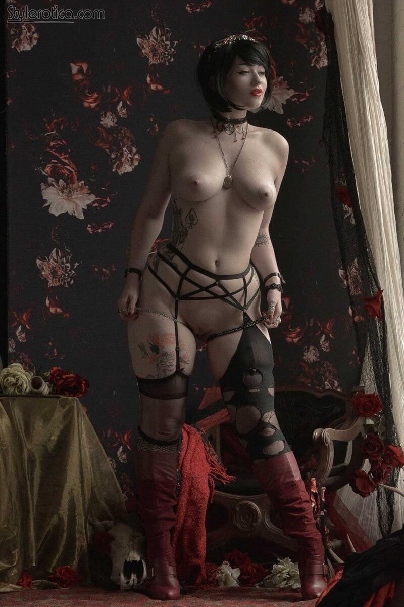 Peituda tatuada com tesão tirando a roupa delicia safadinha