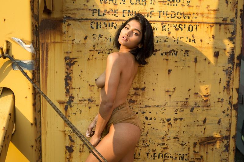 Morena sensual e gostosa sem roupa com tesão safadinha