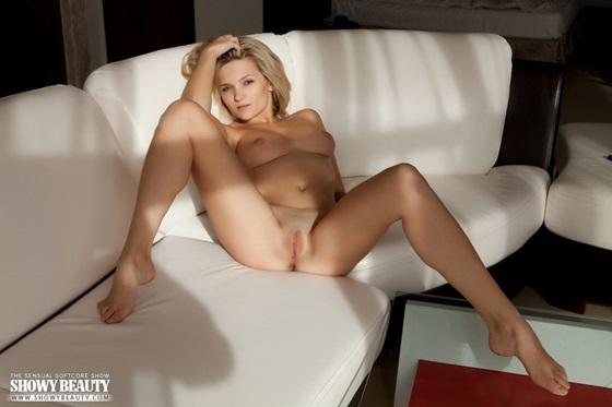блондинка раздвинула ноги фото