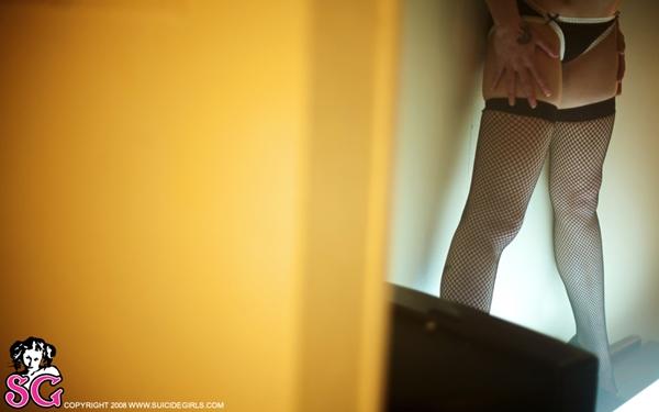 suicide magrinha nua na cama com uma luz florecente