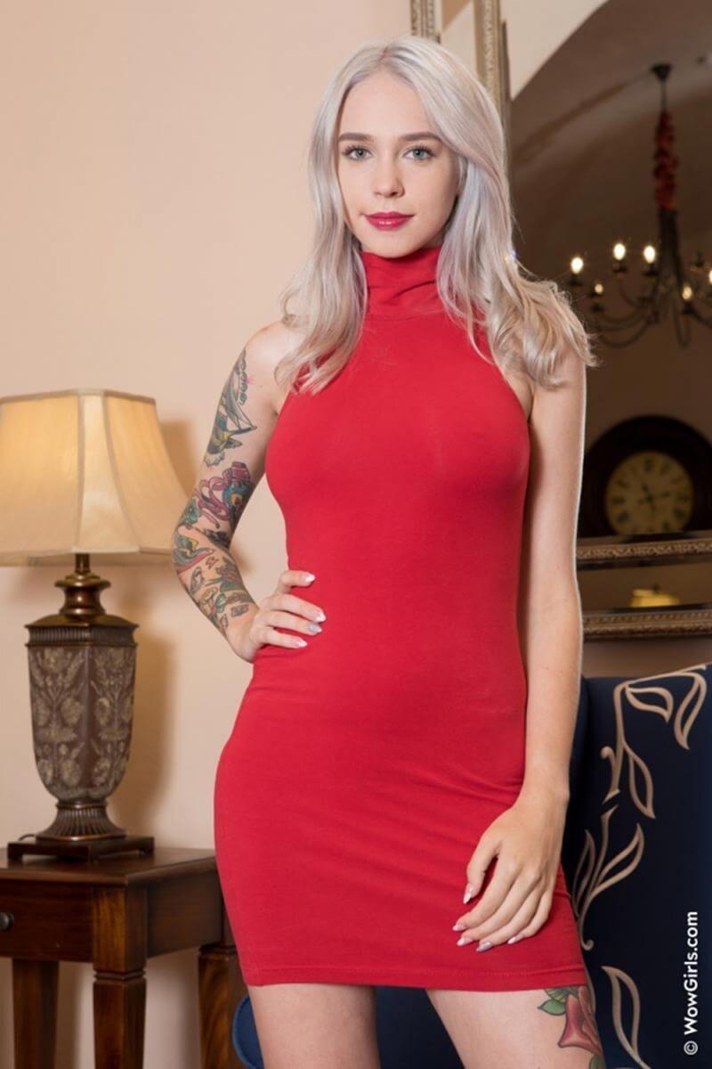 Arteya gatinha do cabelo lindo mostrando seu belo corpo.