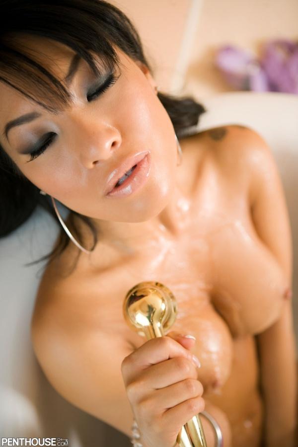 Japonesa morena muito gostosa com peitões lindos tomando ban