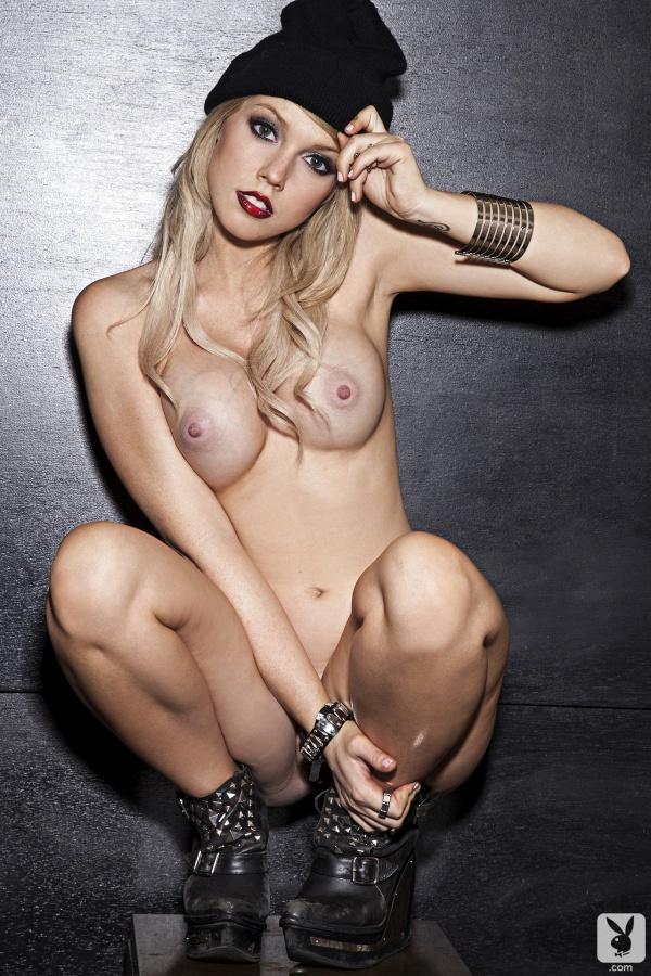 Loira skatista gostosa seios fartos bucetona pelada na Playboy