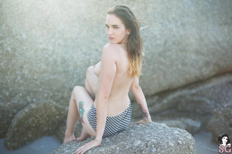 Autrum Suicide Girls morena bunda perfeita pelada praia
